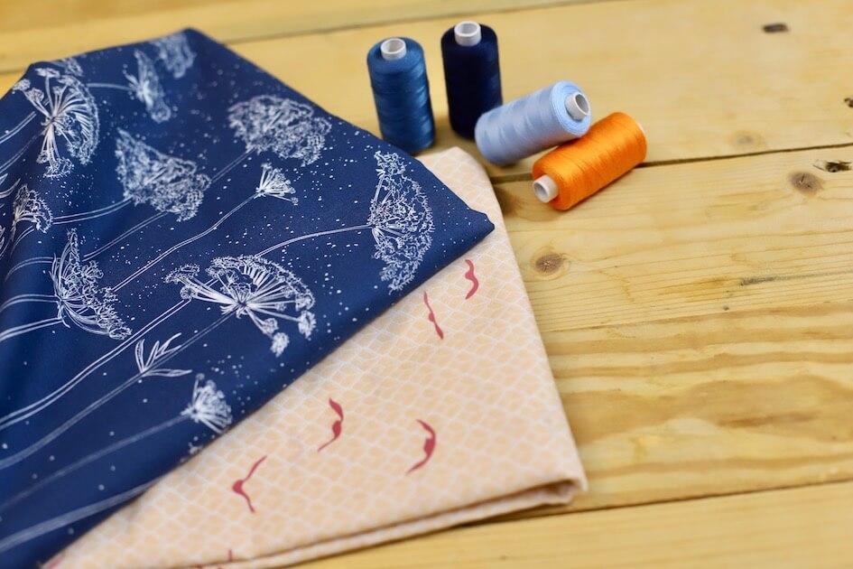 coton bio vendu au mètre imprimé motif fleur bleu foncé Mars-ELLE